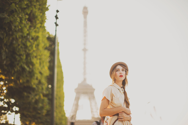 portraits in front of eiffel tower hat